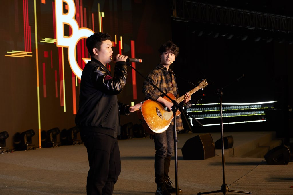 """1.The """"Jay Chou"""" from """"Buy Quickly"""" performed a few classic selections that reminded everyone in the hall of their good old days."""