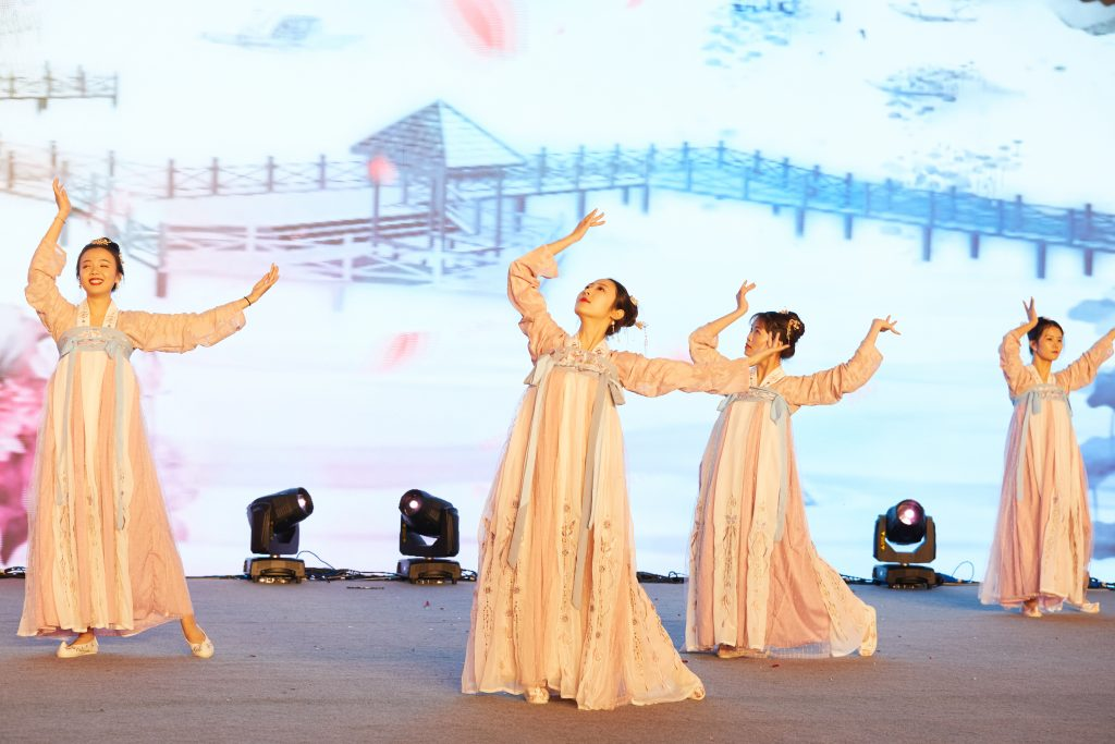 3.The Chinese traditional dance performance by the pretty ladies from the luggage division.